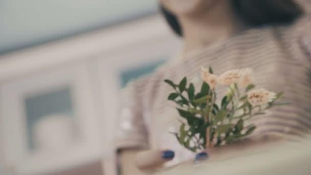 Fiatal női virágüzlet, virágbolt pultnál dolgozó