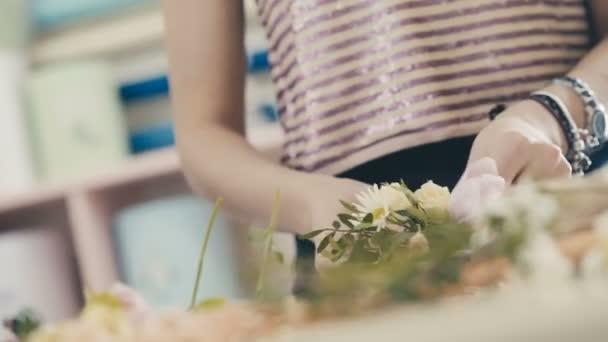 Így bouquet virágüzlet. Közelről kezében virágüzlet karkötő