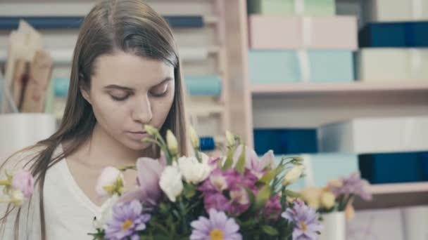 Gyönyörű lány virágüzlet virág kompozíció és a mosoly teszi