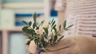 A folyamat létrehozása virág kompozíció. Virágbolt