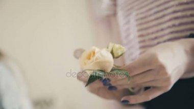 Fehér Rózsa, a kezében egy virágüzlet. Virág kompozíció létrehozása