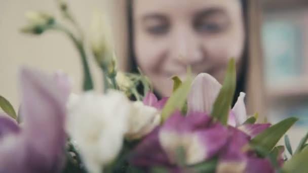 Aranyos koncentrált fiatal női virágüzlet, virágbolt dolgozó