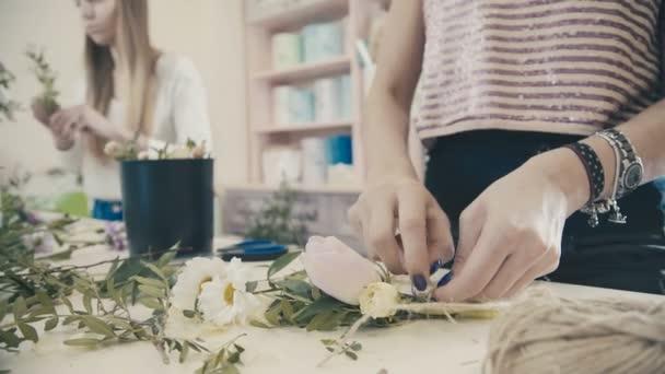 Virágüzlet esküvői csokor rózsa és szalagok tesz. Virág kompozíció