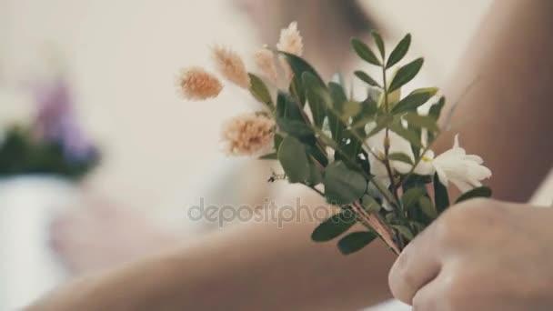 Közeli kép: egy virágüzlet összeszereli összetétele virágok. Virágbolt
