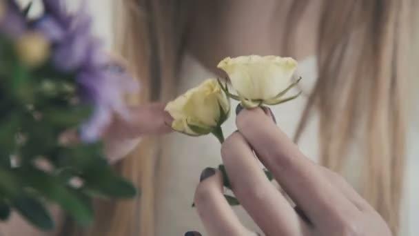 Munkahelyi virágüzlet: nő, ami a csokor fehér rózsát és virágok