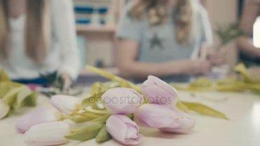 Közeli kép: rózsaszín tulipán virág pultra. Virág kompozíció