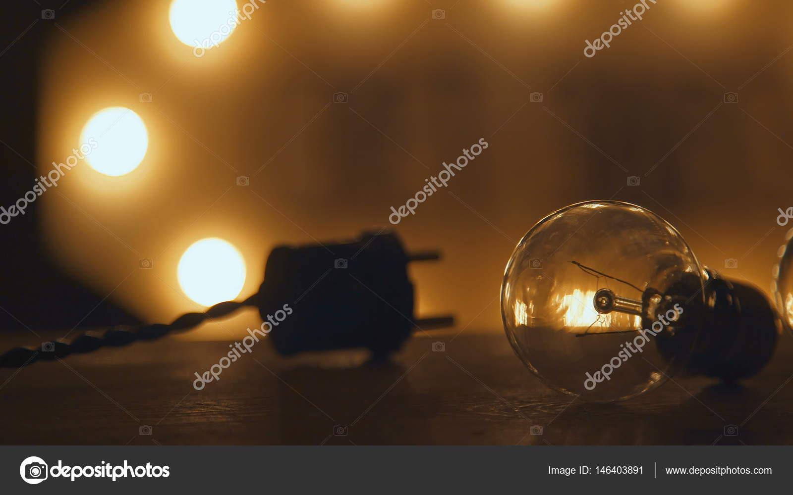 https://st3.depositphotos.com/4967763/14640/i/1600/depositphotos_146403891-stockafbeelding-retro-gloeilampen-en-stekker-verlichting.jpg