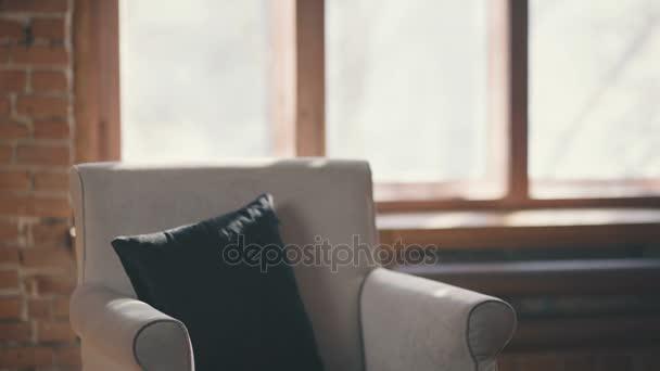 Ufficio Stile Moda : Uomo alla moda leggendo un libro seduto su una sedia in un ufficio