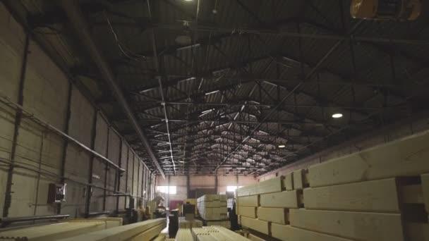 Velký hangár s výrobní linkou pro dřevo. Svážnice dřeva