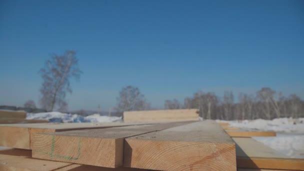 Řady dřevěných tyčí na ulici nedaleko oblasti produkce.