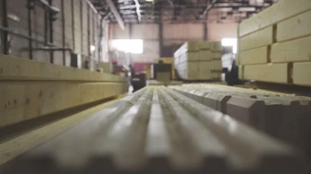 Production of laminated veneer lumber: mechanized production.