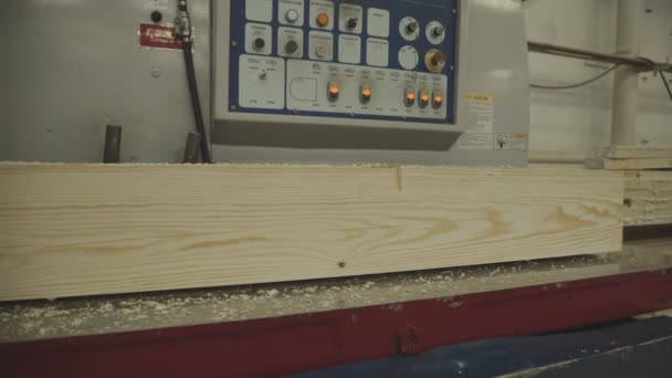 Production of laminated veneer lumber: mechanized production.
