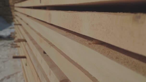 Dřevěné polotovary pro výrobu lepeného dřeva stojí v ulici v úhledných řadách