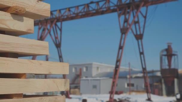 Holzrohlinge für die Herstellung von Brettschichtholz stehen auf der Straße