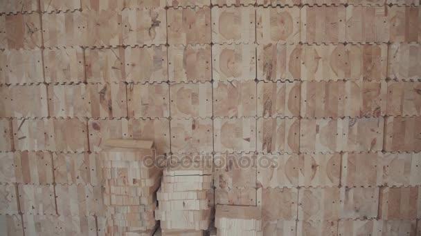 Brettschichtholz in Form von Quadraten mit Schnitzereien für Fugen