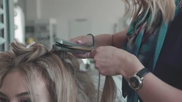 így nő fodrász fürtök a szőke haj, curling vasalók