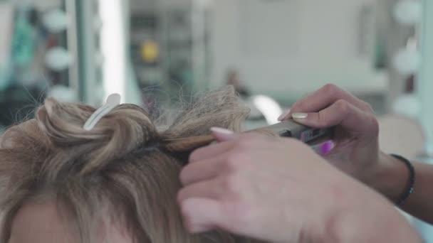 Žena s dlouhými chlupy, kadeřníci ruce blízko, holičství