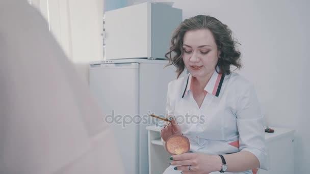 Blase: künstliches Modell in den Händen eines Gynäkologen oder Urologen.
