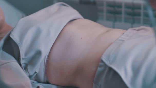 Mladá žena na ultrazvuk dutiny břišní.