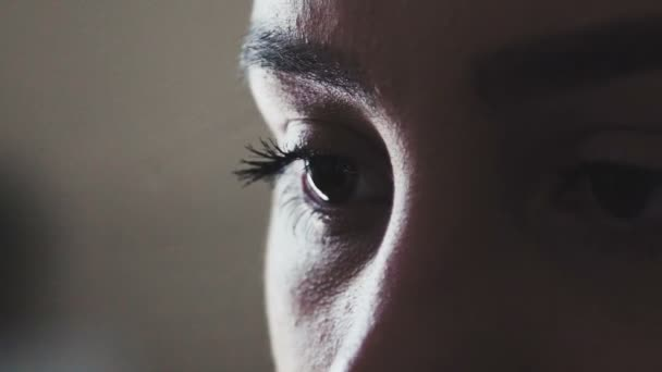 Lange Wimpern, braune Augen. Augenmerk auf das Thema.