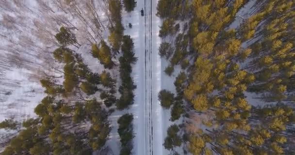 ein Schuss aus der Höhe auf einer leeren Winterstraße in einer malerischen Gegend