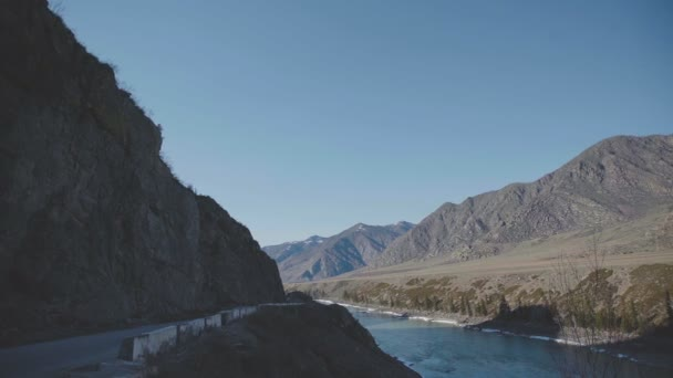 Tvrdý k přístupných místech: skály a řeka mezi horami