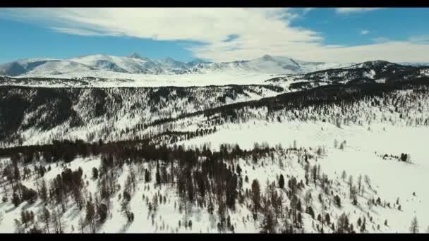 Klid přírody v horské rezervy: hory, jasná obloha