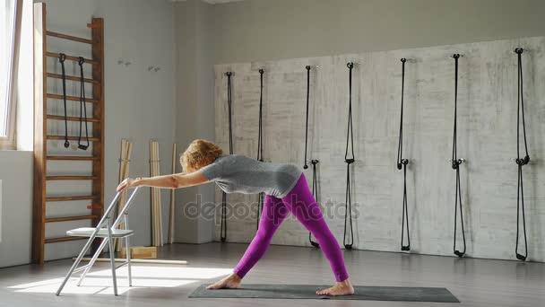 Ženy 35-40 let se zabývá jóga jóga vzdušností
