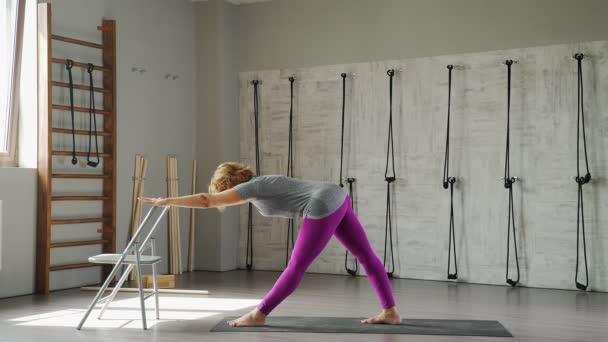 Zdraví a pružnost: žena praxe jógy. Ženy 35-40 let