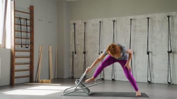 Dospělé samice jogín je asana pomocí křeslo