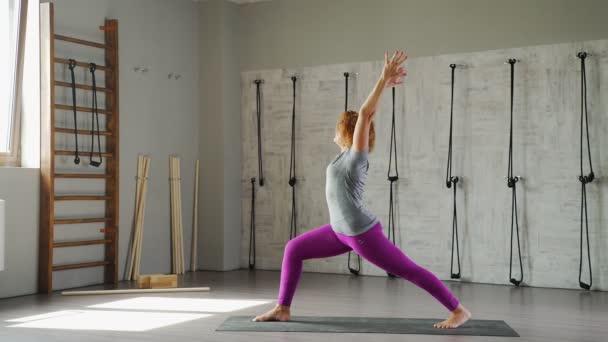 Dospělé samice yogi mění pózy Surya Namaskar