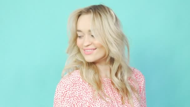Egy rózsaszín ruhás látszó-on fényképezőgép, szőke, mosolyogva, bemutatva a ruha