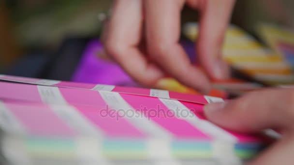Rukou mladého návrháře žena pracující s barevnou paletu