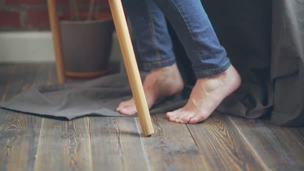 Nohy zpěvačka u stojanu. Ženské nohy
