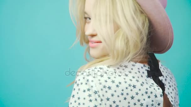 Hollywood smile: mladá dívka s krásným úsměvem a bílé zuby