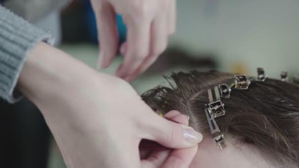 Příslušenství pro práci kadeřnice: spony a klipy pro vlasy