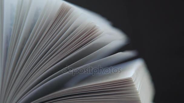 Otevřenou knihu na tmavém pozadí, samostatný: listoval knihy