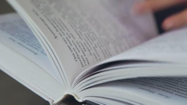 Book oldalak fürkésző. A könyv oldalain. A könyv, olvasás