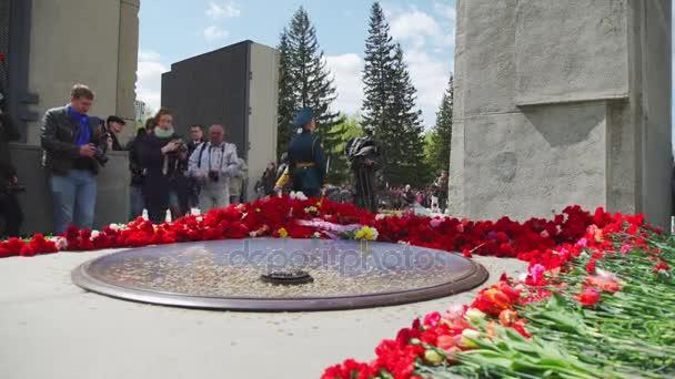 Rusko, Novosibirsk, 9. května 2017: pokládání květin na Eternal Flame