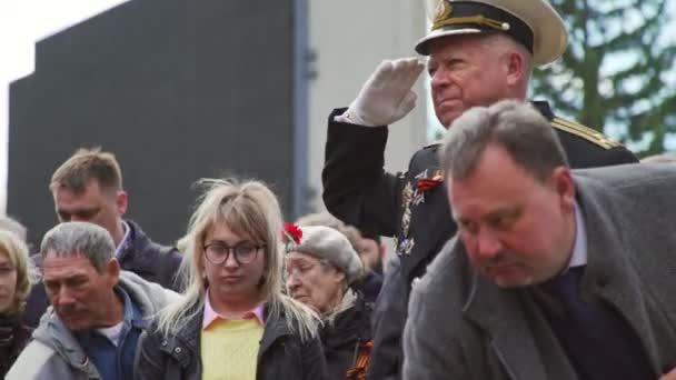 Novosibirsk, 9. května 2017: voják v uniformě s ocenění klade květiny