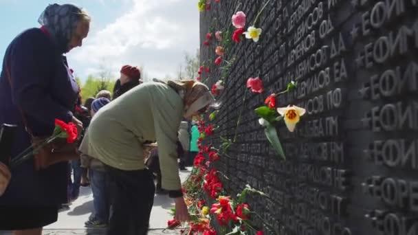 Rusko, Novosibirsk, 9. května 2017: lidé přinášejí květiny na den vítězství