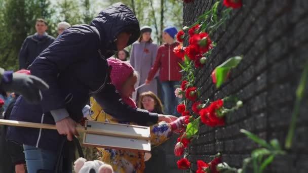 Rusko, Novosibirsk, 9. května 2017: zeď paměti s květinami