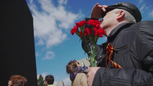 Rusko, 9. května 2017: muž s kyticí a stuha St. George