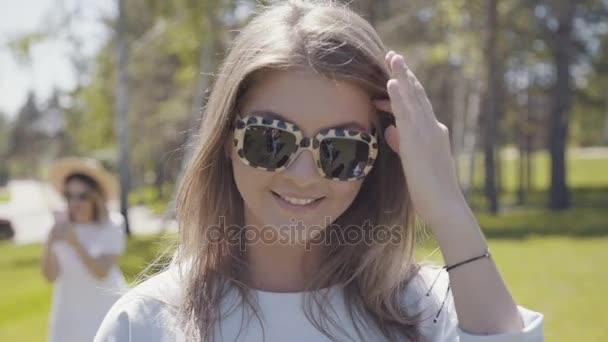 moderní mladá žena v módní sluneční brýle s leopard ornament