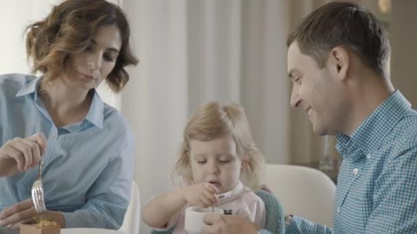 eltern mit dem kind desserts essen und trinken tee erwachsene kind helfen stockvideo. Black Bedroom Furniture Sets. Home Design Ideas