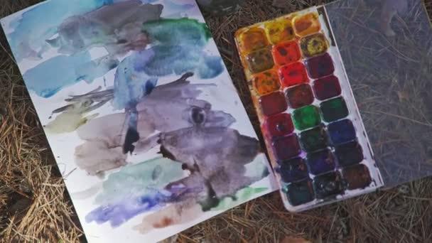 Palette mit Aquarell: strukturierte Pinselstriche aus violett-blauem Panton