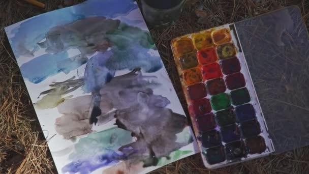 Vernici di colori diversi, per bambini disegno sullerba