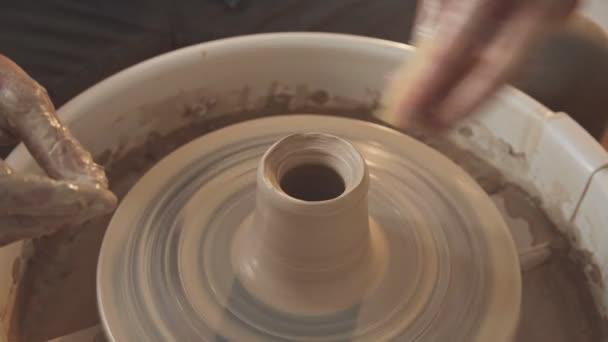 Potter Spezialwerkzeuge Griffe Ton. Nur Hände und Rad, Nahaufnahme
