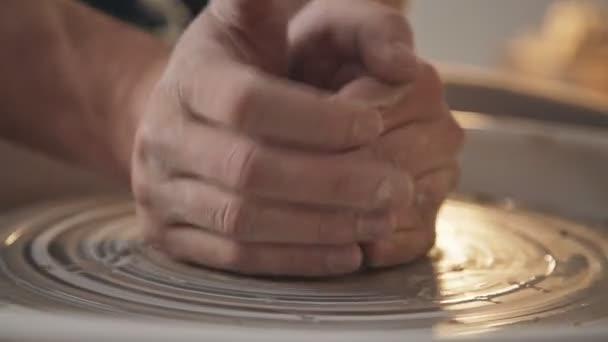 Mann-Keramiker schafft ein Produkt von Licht Ton im Studio, Nahaufnahme