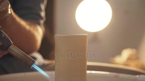 Der Töpfer macht eine Röstung mit einer Lötlampe. Nahaufnahme